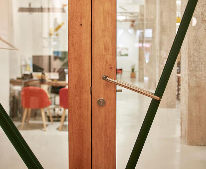 Coworking Abastos detalle puerta de acceso