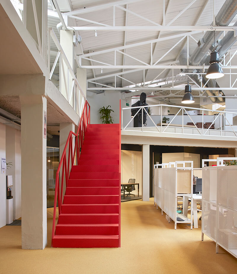 Escalera roja Coworking Wayco Ruzafa
